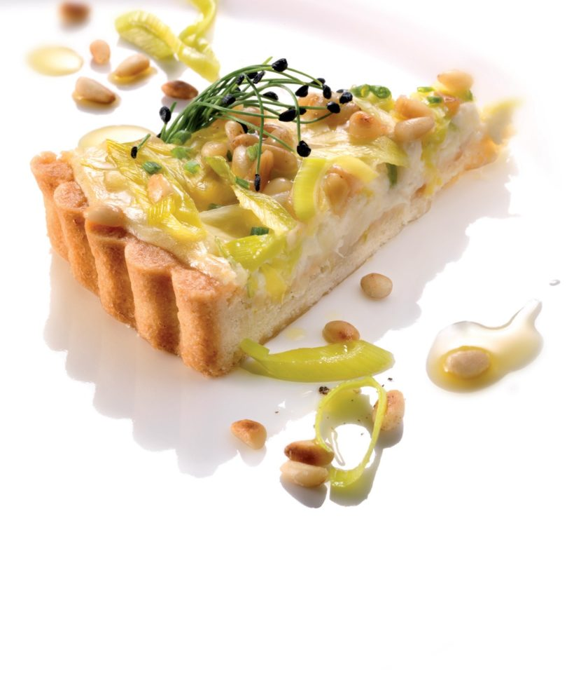 Cottage cheese pie with leek and pine nuts