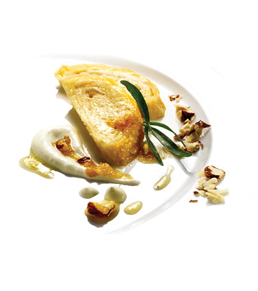 Cottage cheese rolls with roasted nuts and cream sauce