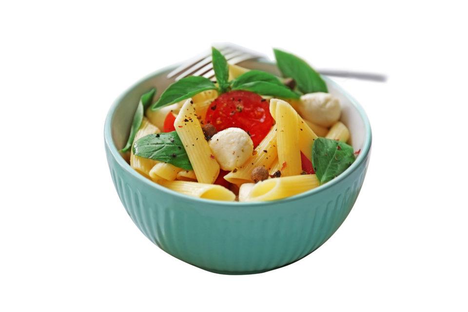Solata iz pirinih testenin, češnjevih paradižnikov in mozzarelle