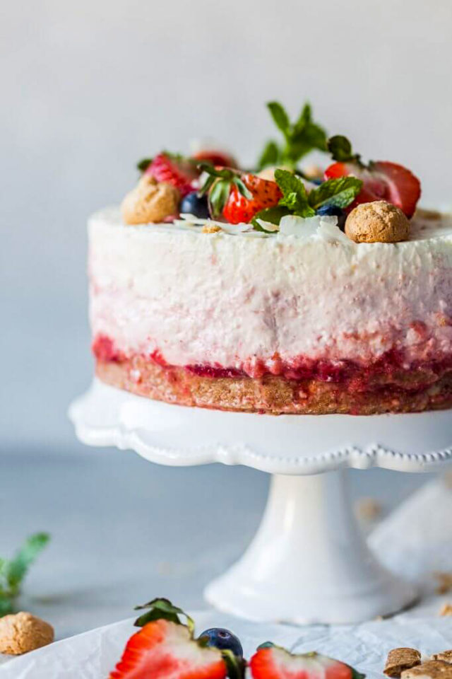 Lahka skutina tortica brez peke z jagodami