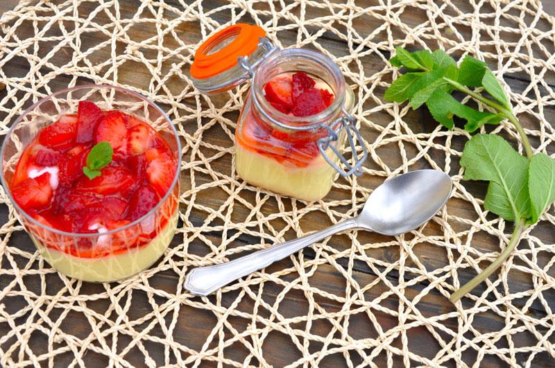 Limonina krema z jagodami in mini meringami
