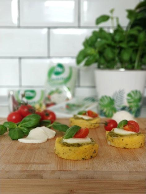 Polenta z gorgonzolo, pestom, mocarelo in paradižnikom