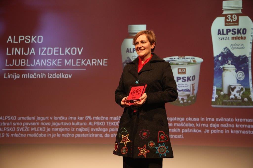 Vodja razvoja Mateja Juvančič na podelitvi nagrad Izbran produkt leta 2020.